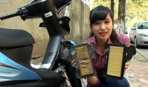 Cô gái hướng dẫn thay lọc gió xe máy – công việc tưởng chừng chỉ có thể mang ra hàng.